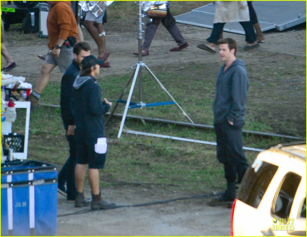 liam hemsworth gun show on mockingjay set 092969709