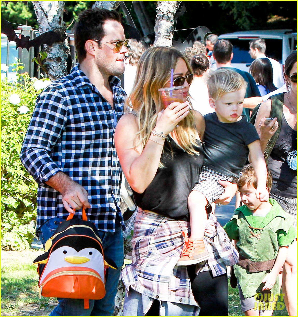 hilary duff mike comrie halloween party with luca 08