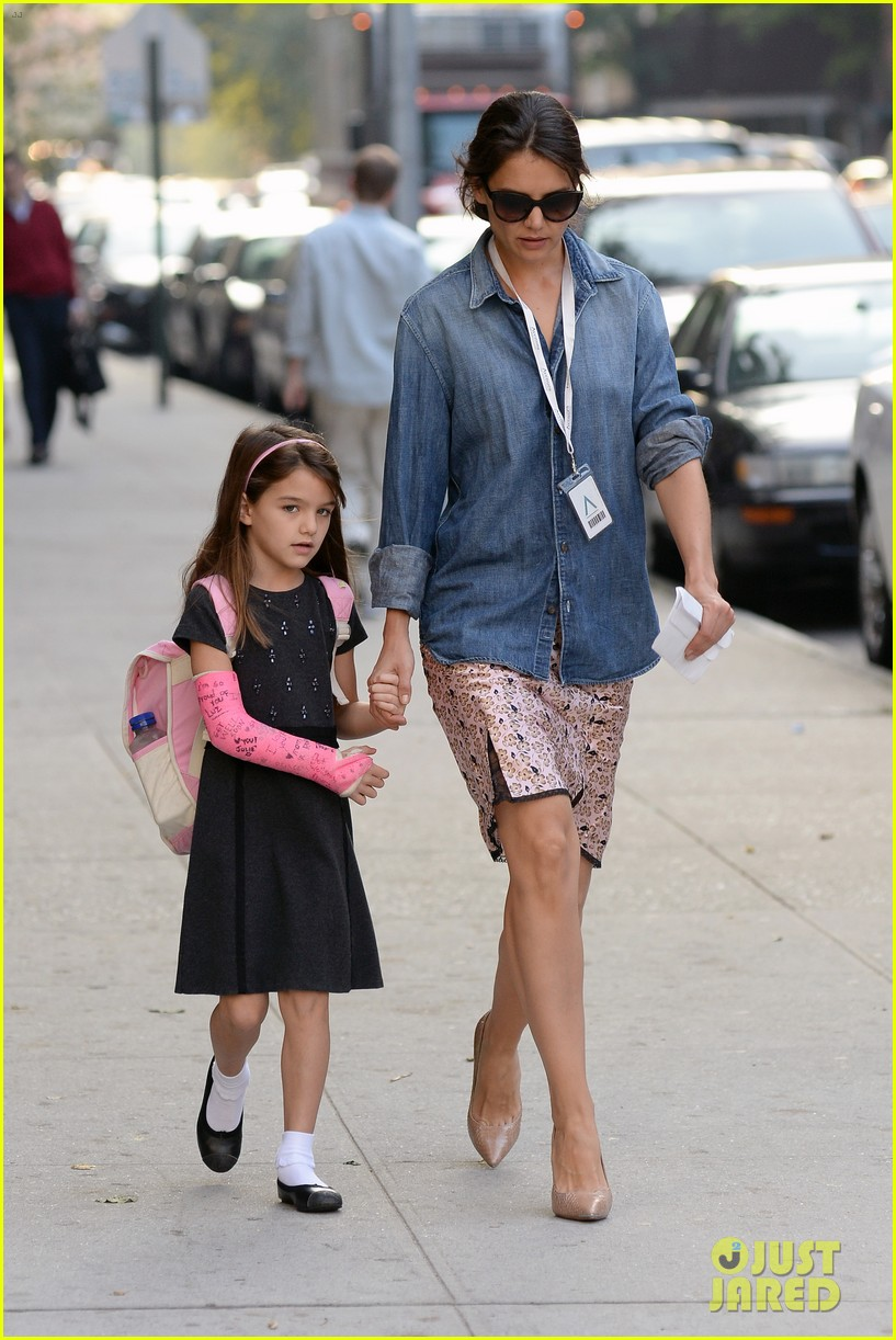 katie holmes takes friday morning stroll with suri 01