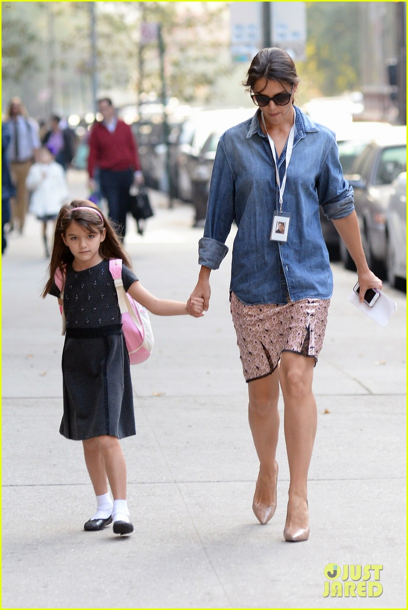 katie holmes takes friday morning stroll with suri 082965882