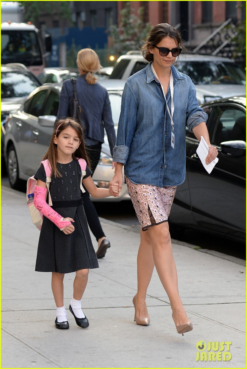 katie holmes takes friday morning stroll with suri 14