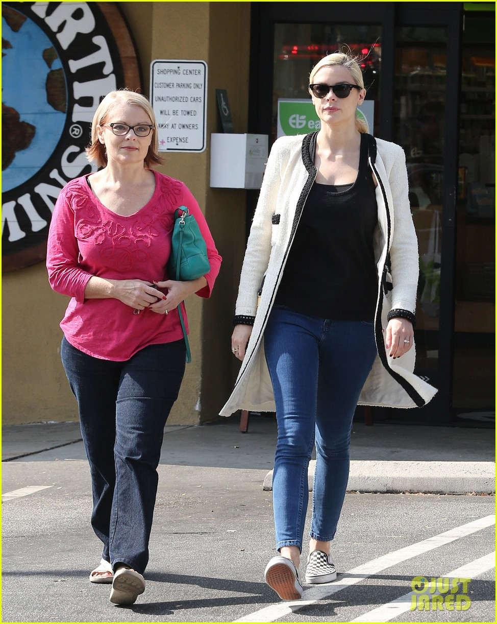 jaime king earth bar stop wtih mom nancy 082978091