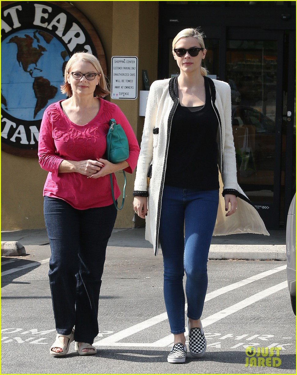 jaime king earth bar stop wtih mom nancy 102978093