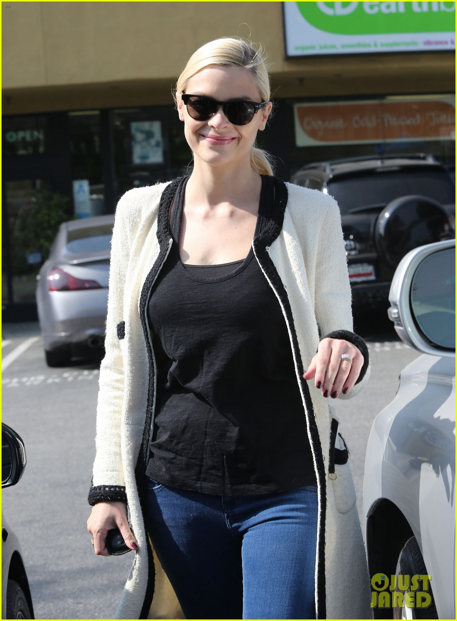 jaime king earth bar stop wtih mom nancy 142978097