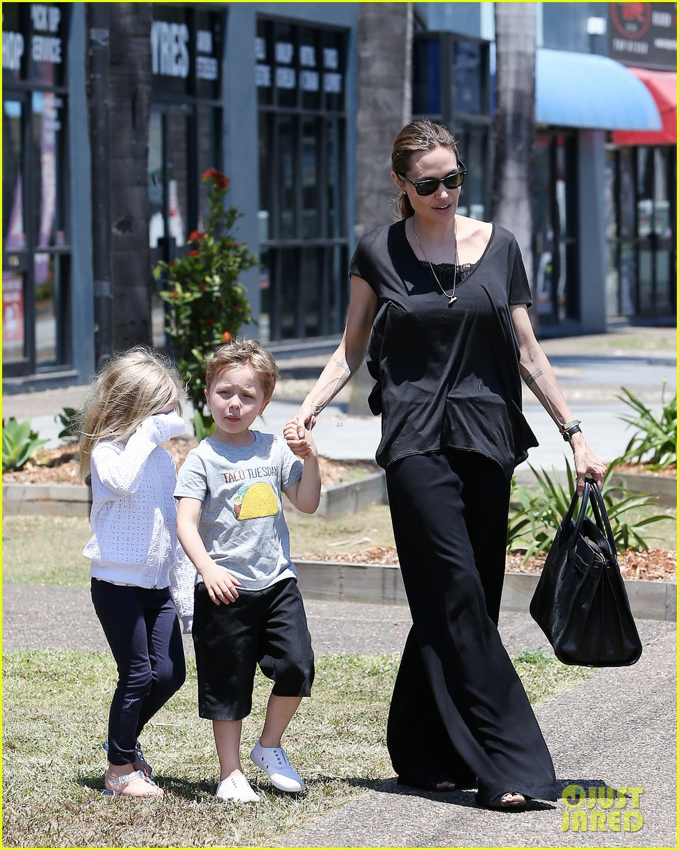 angelina jolie shops in queensland with the twins 06
