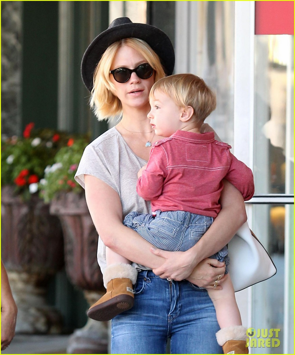 january jones hangs with smiley xander after babys class 02
