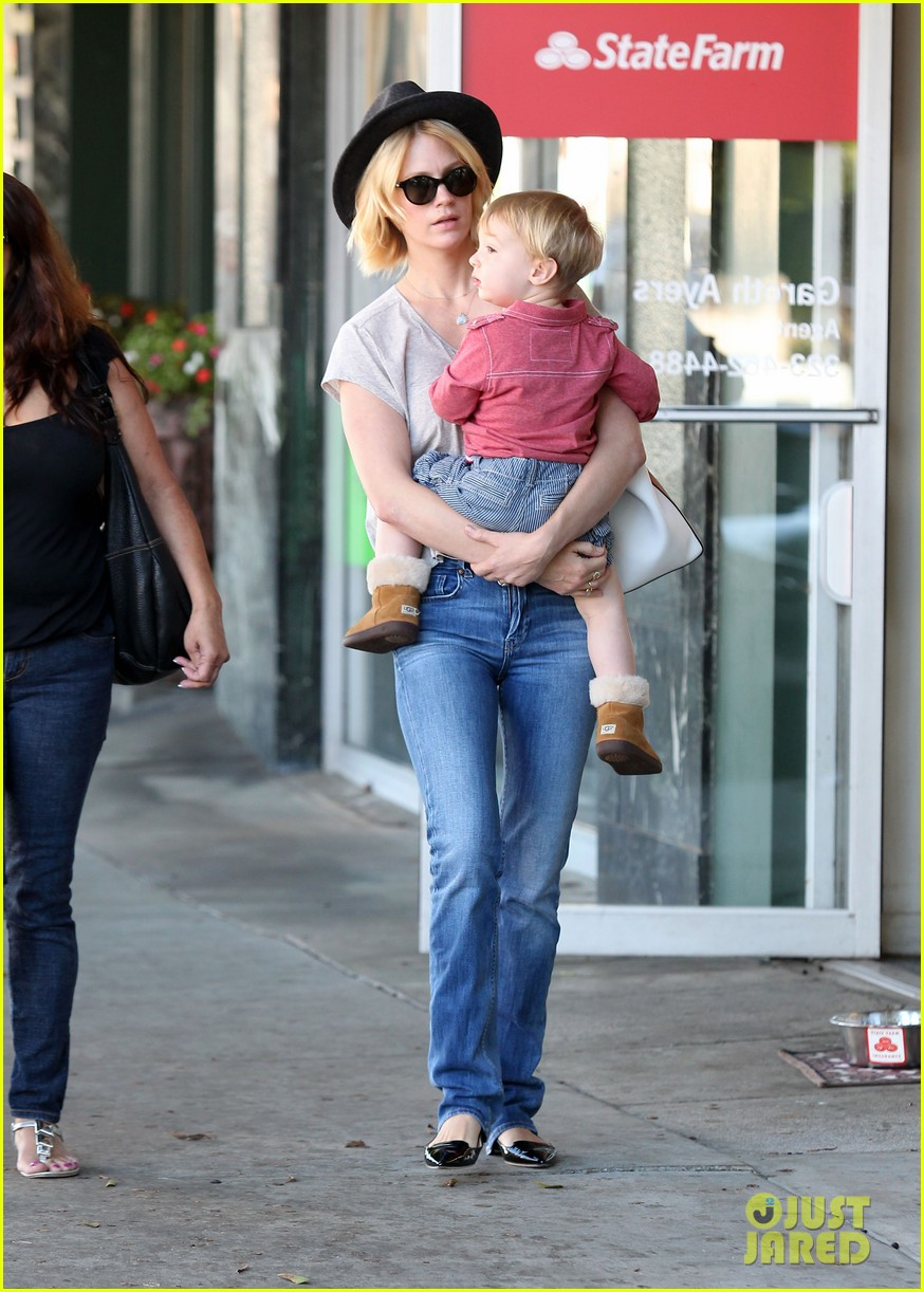 january jones hangs with smiley xander after babys class 102972986