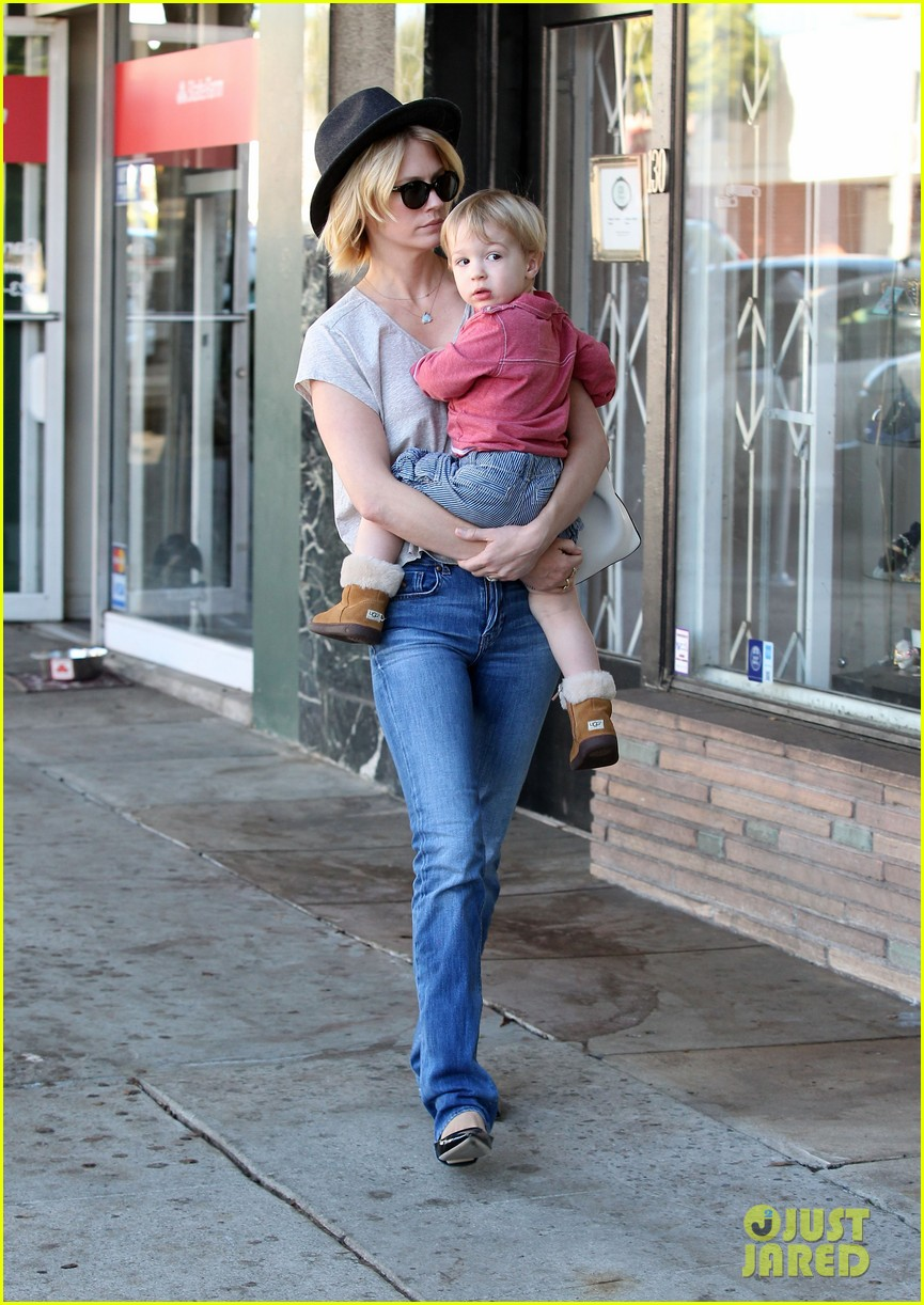 january jones hangs with smiley xander after babys class 14