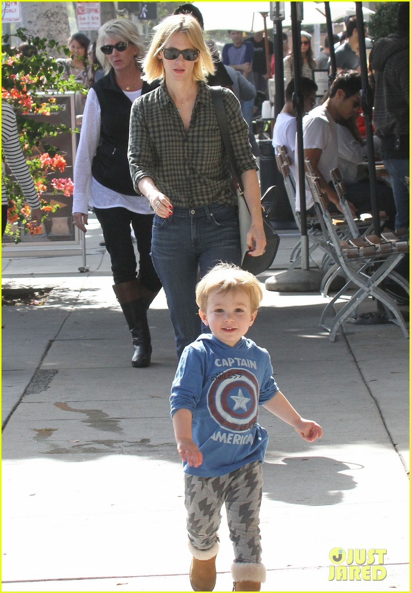 january jones baby boy xander to lunch with friends 13