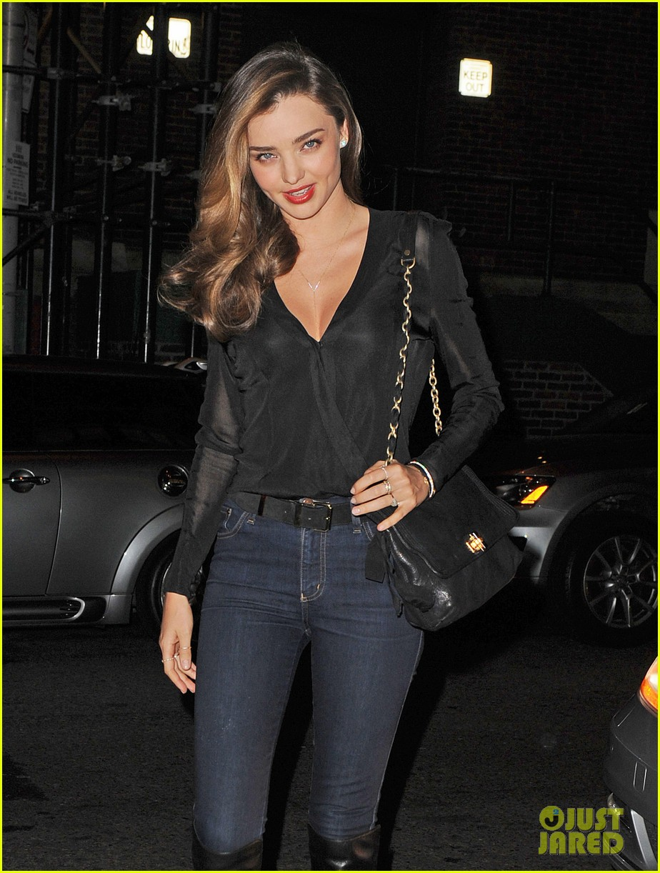 miranda kerr launches stuart weitzman gilt pop up shop 07