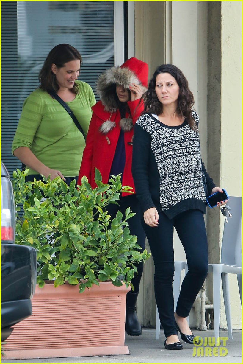 mila kunis wears winter coat for lunch with pals 06