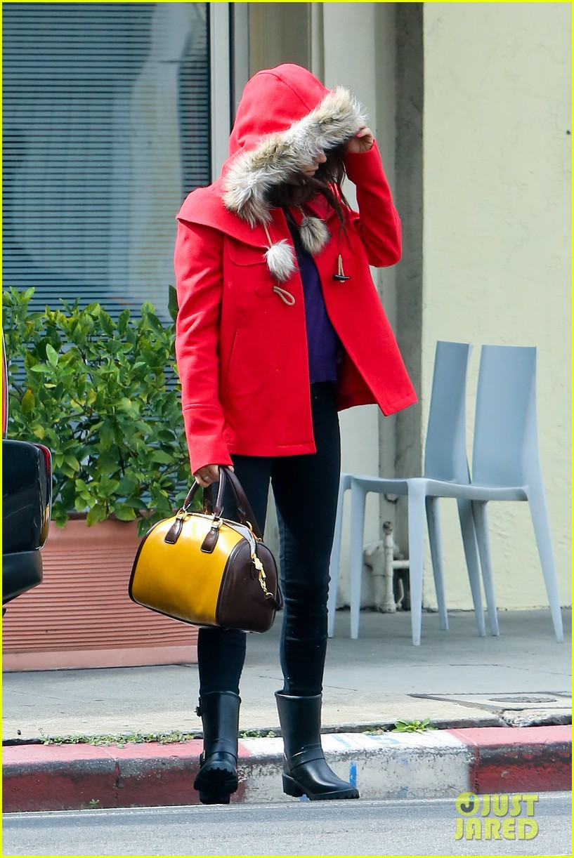 mila kunis wears winter coat for lunch with pals 10