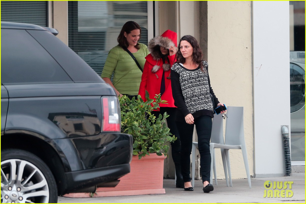 mila kunis wears winter coat for lunch with pals 18