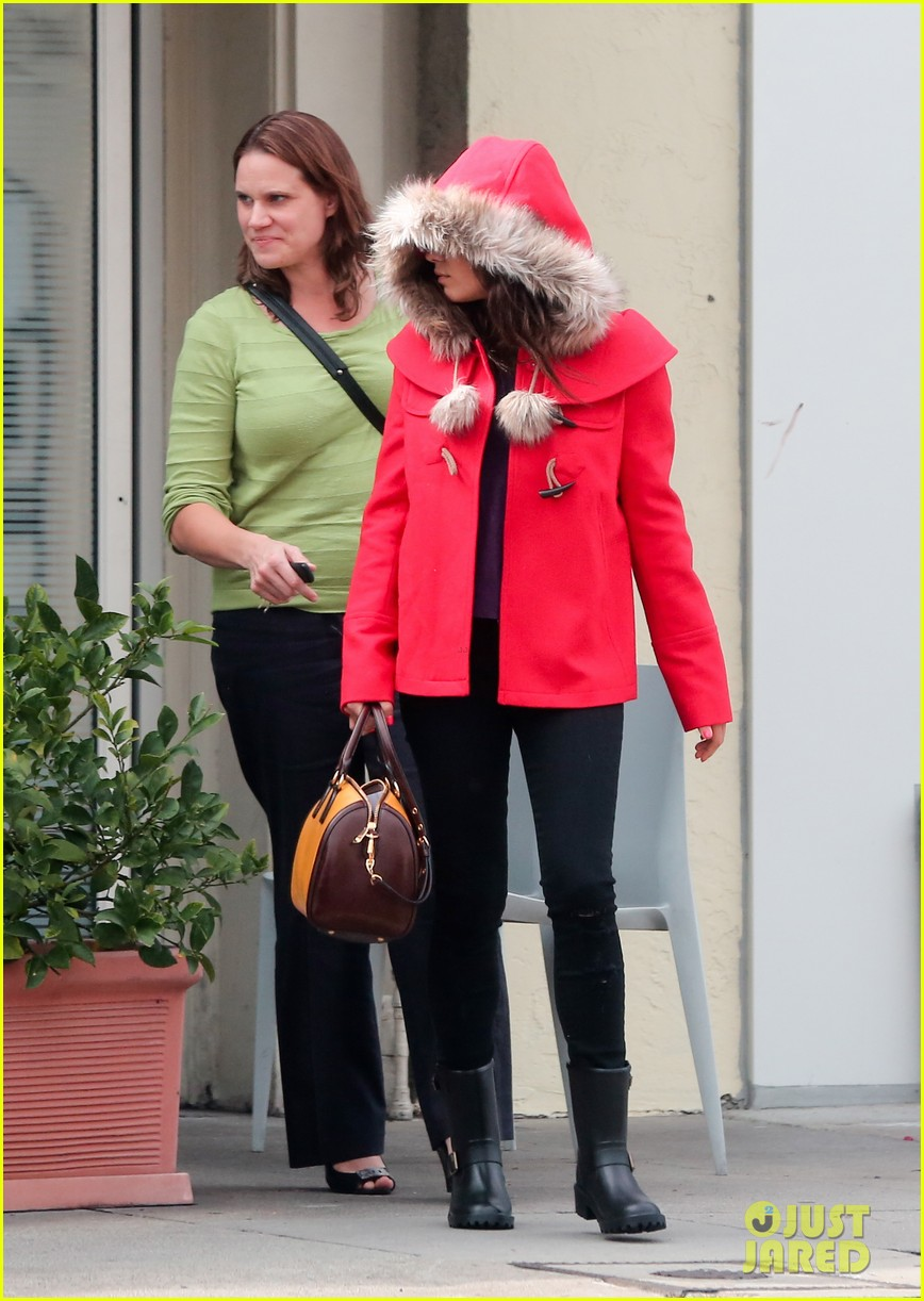 mila kunis wears winter coat for lunch with pals 202969561