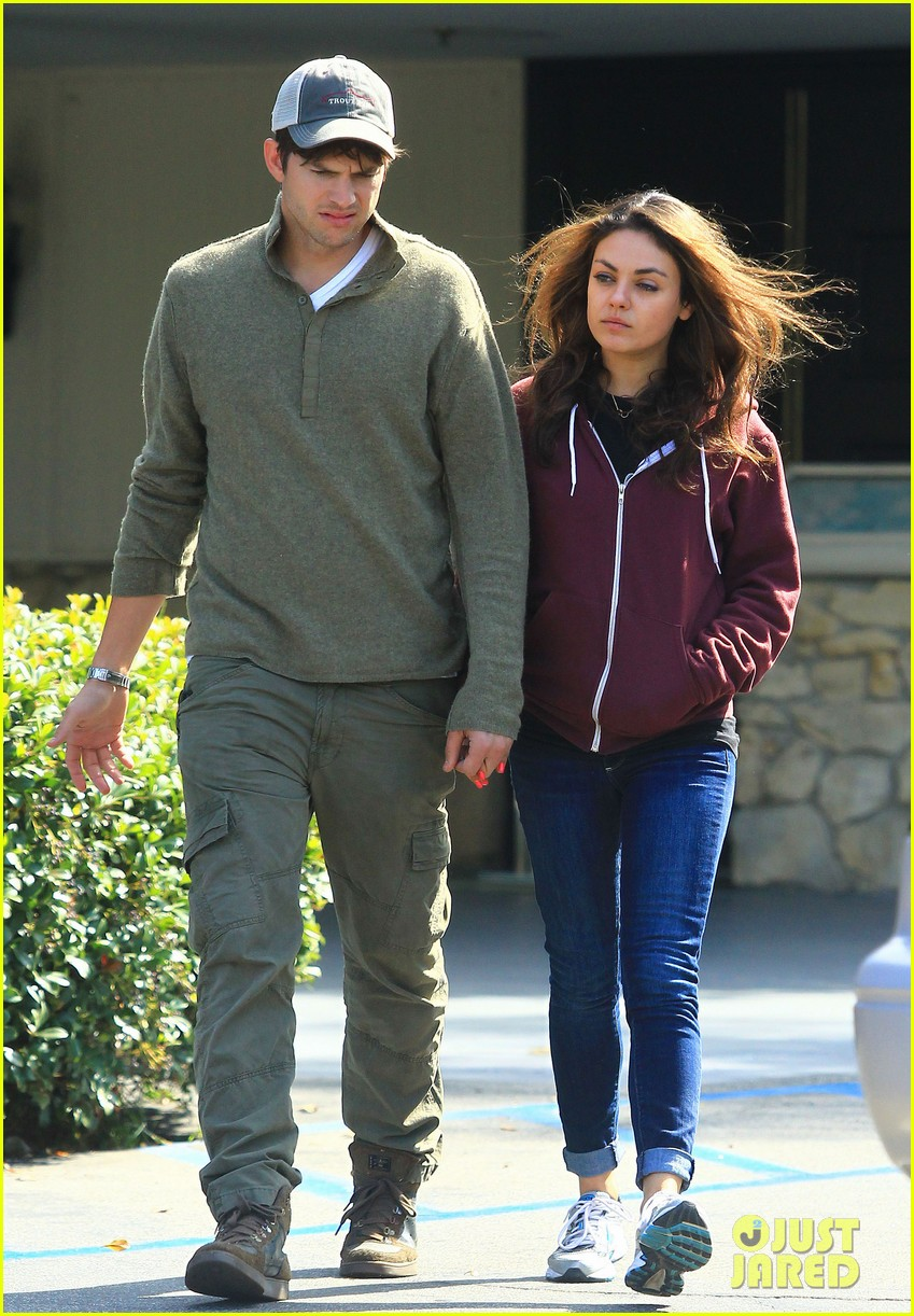 ashton kutchers opens car door for mila kunis 02