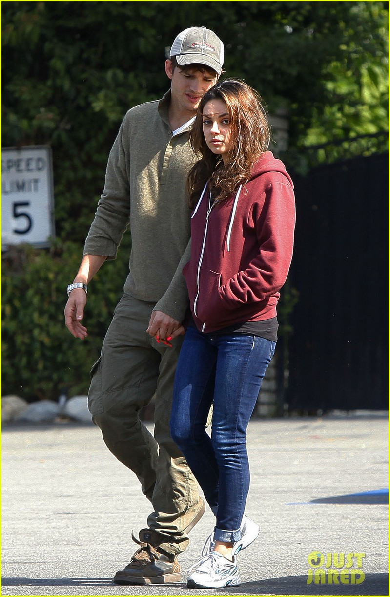 ashton kutchers opens car door for mila kunis 04