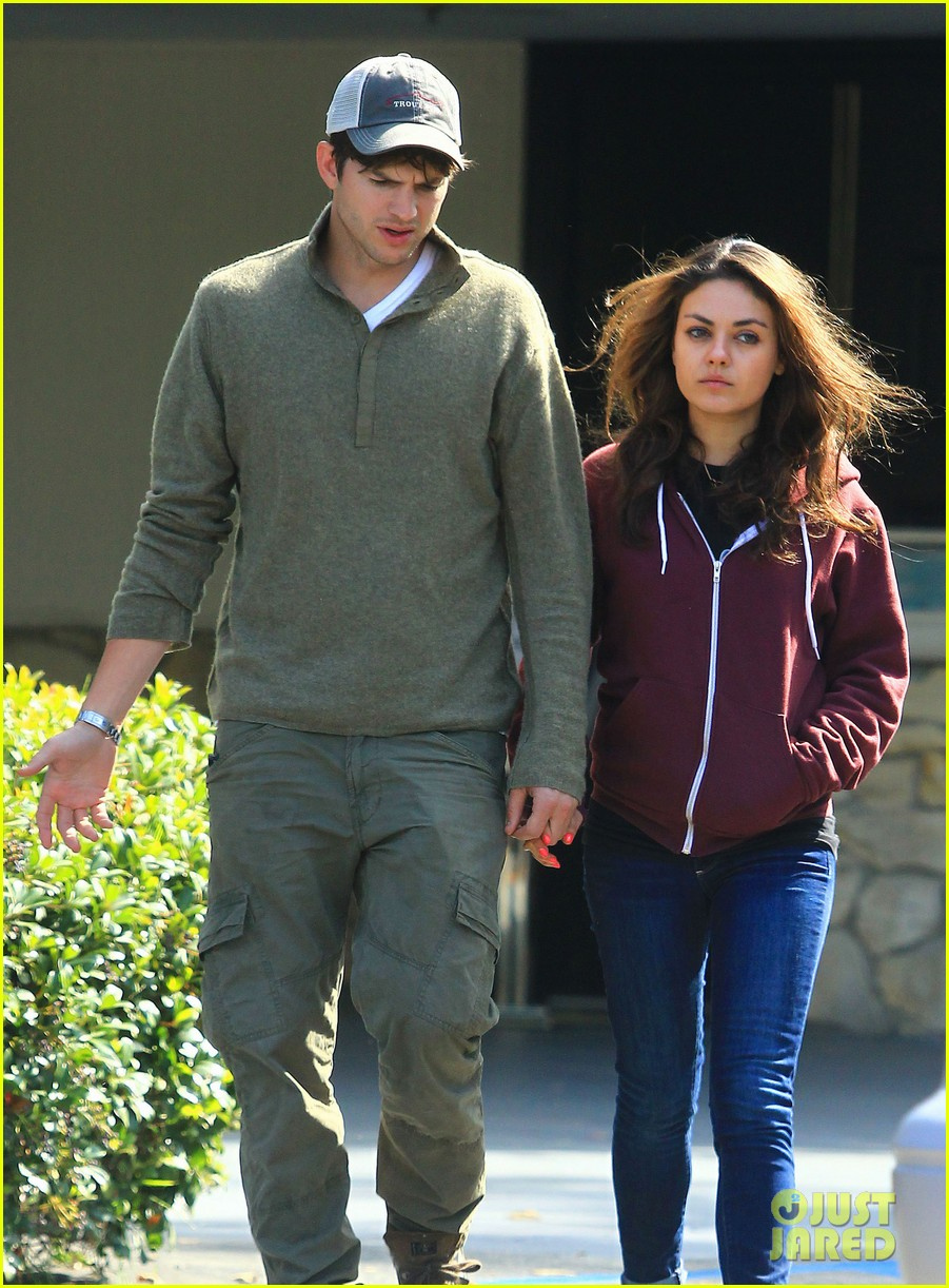 ashton kutchers opens car door for mila kunis 06