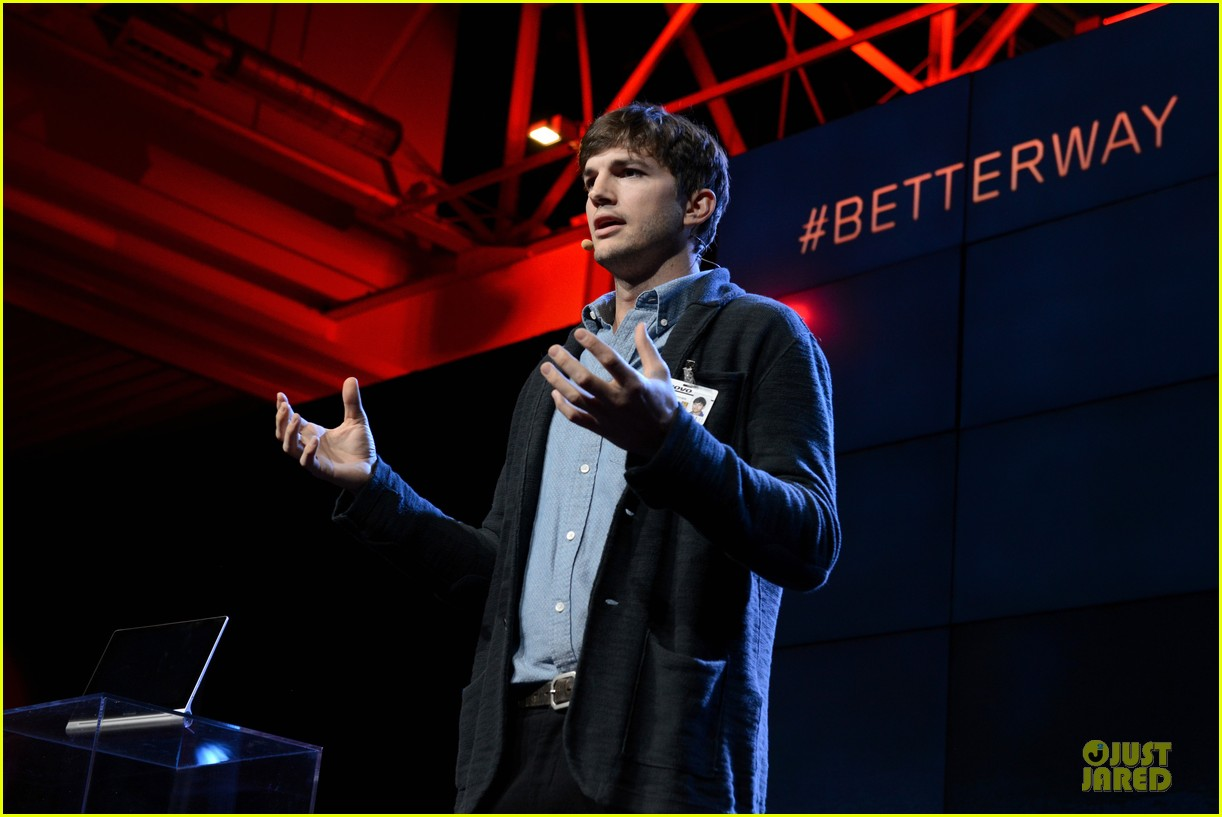 ashton kutcher lenovo product engineer at yoga tablet launch 03