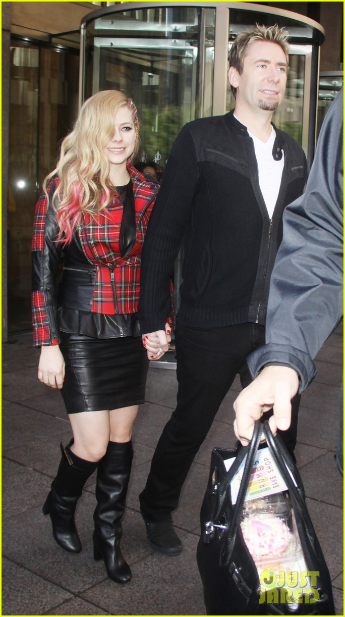 avril lavigne chad kroeger let me go video premiere watch now 082972614