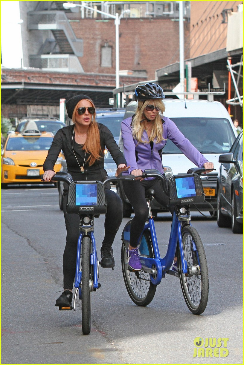 lindsay lohan citibikes with mom dina 01