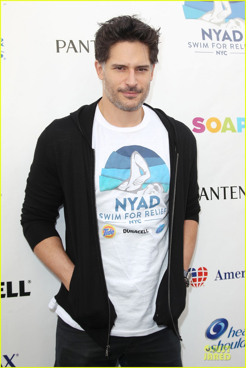 joe manganiello cheers for diana nyad swim for relief 02