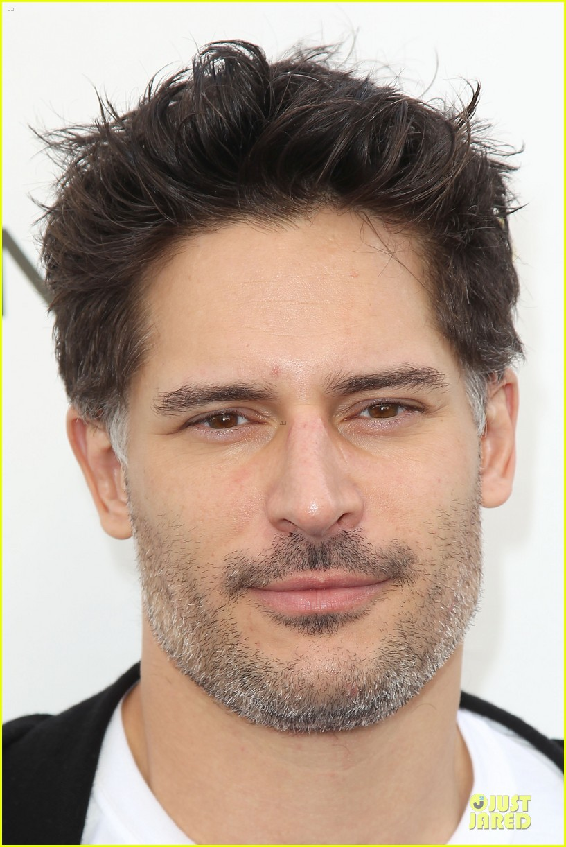 joe manganiello cheers for diana nyad swim for relief 102968542