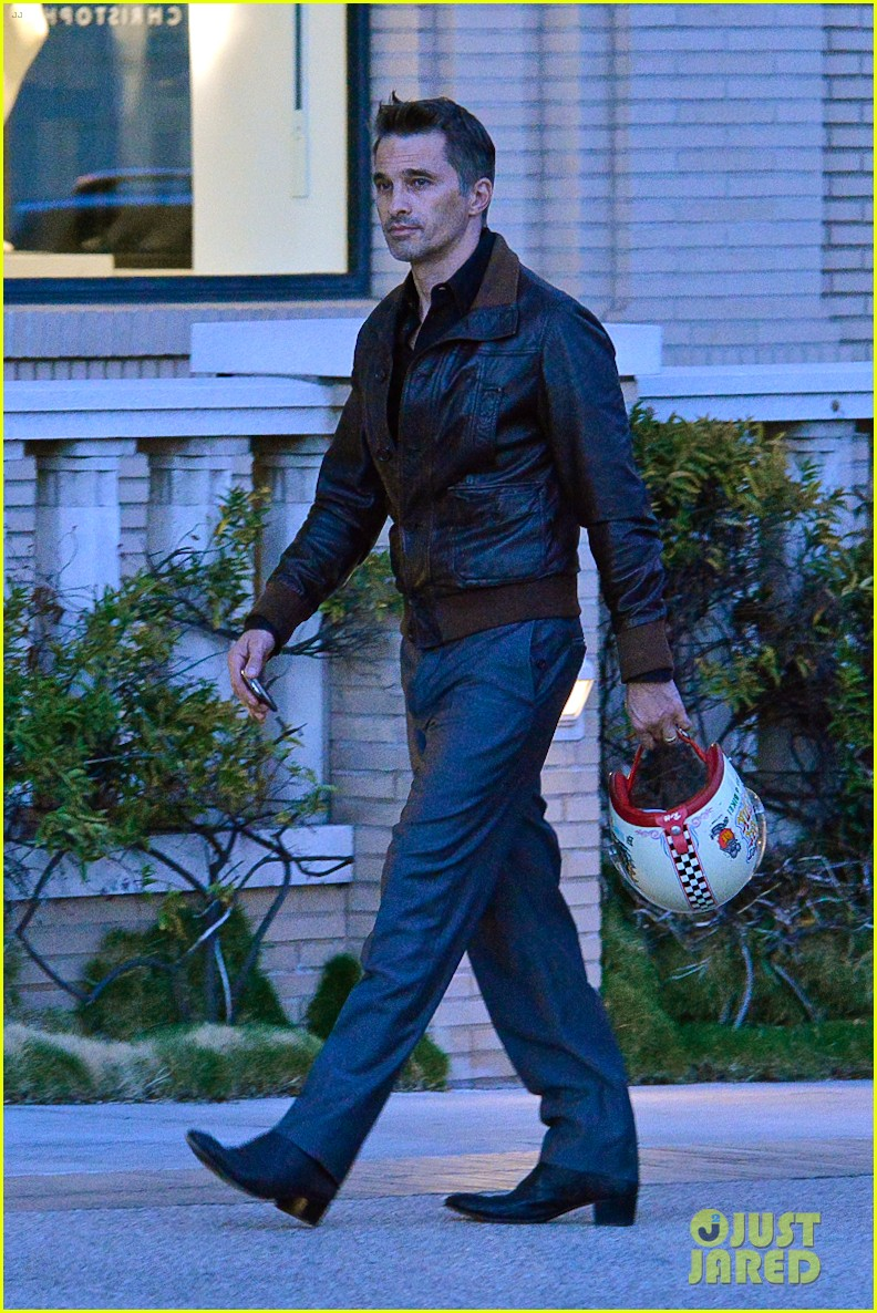 new dad olivier martinez goes solo while running errands 01