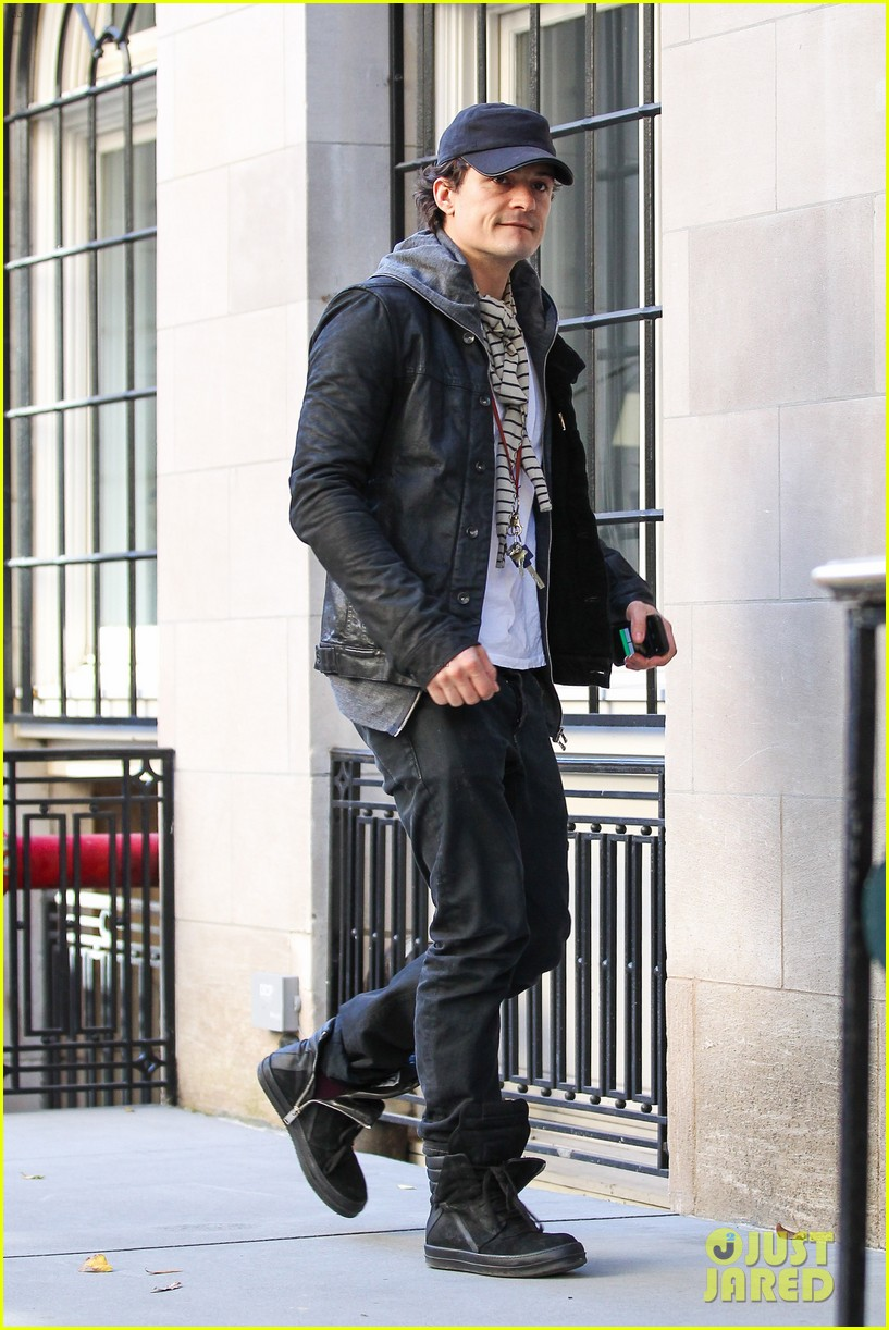 orlando bloom stops by miranda kerr apartment 03