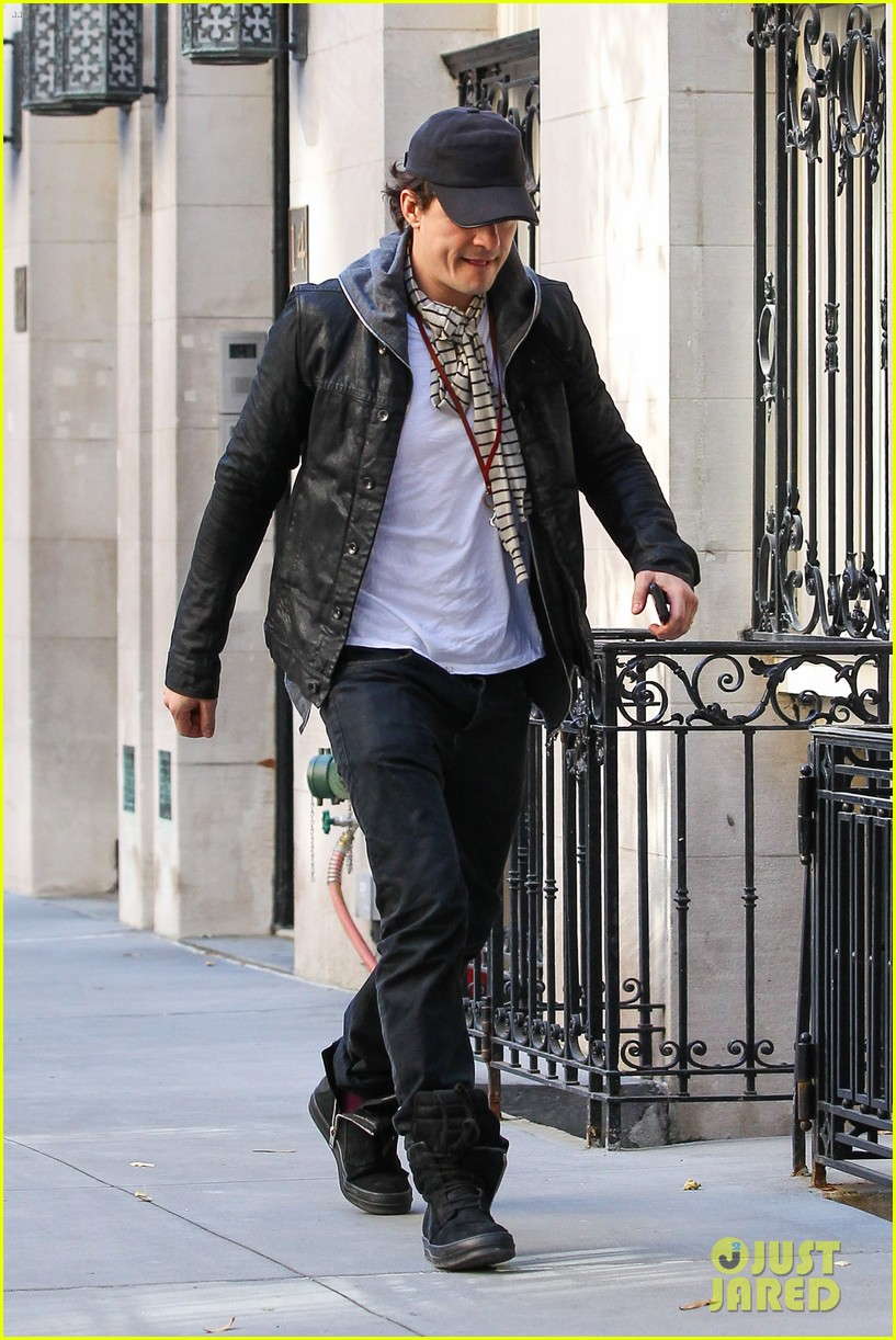 orlando bloom stops by miranda kerr apartment 06