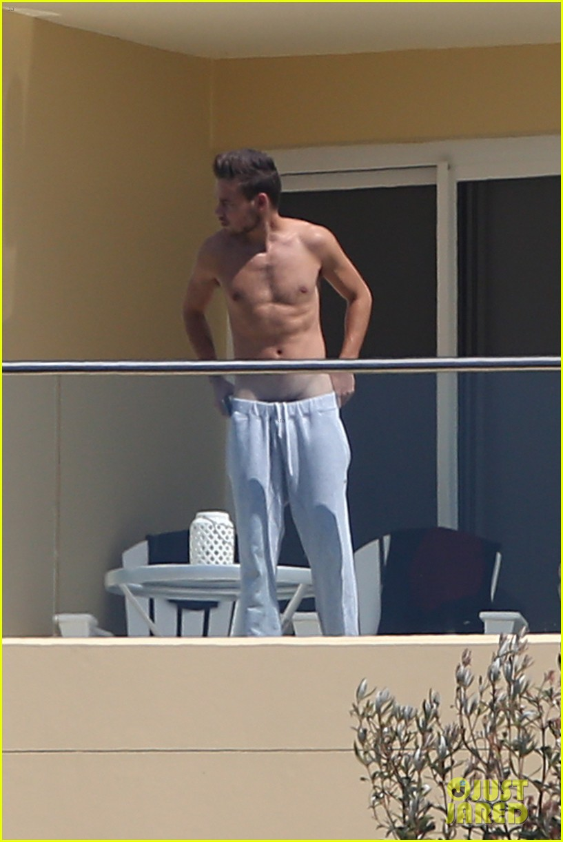liam payne wears underwear super low on hotel balcony 012967710