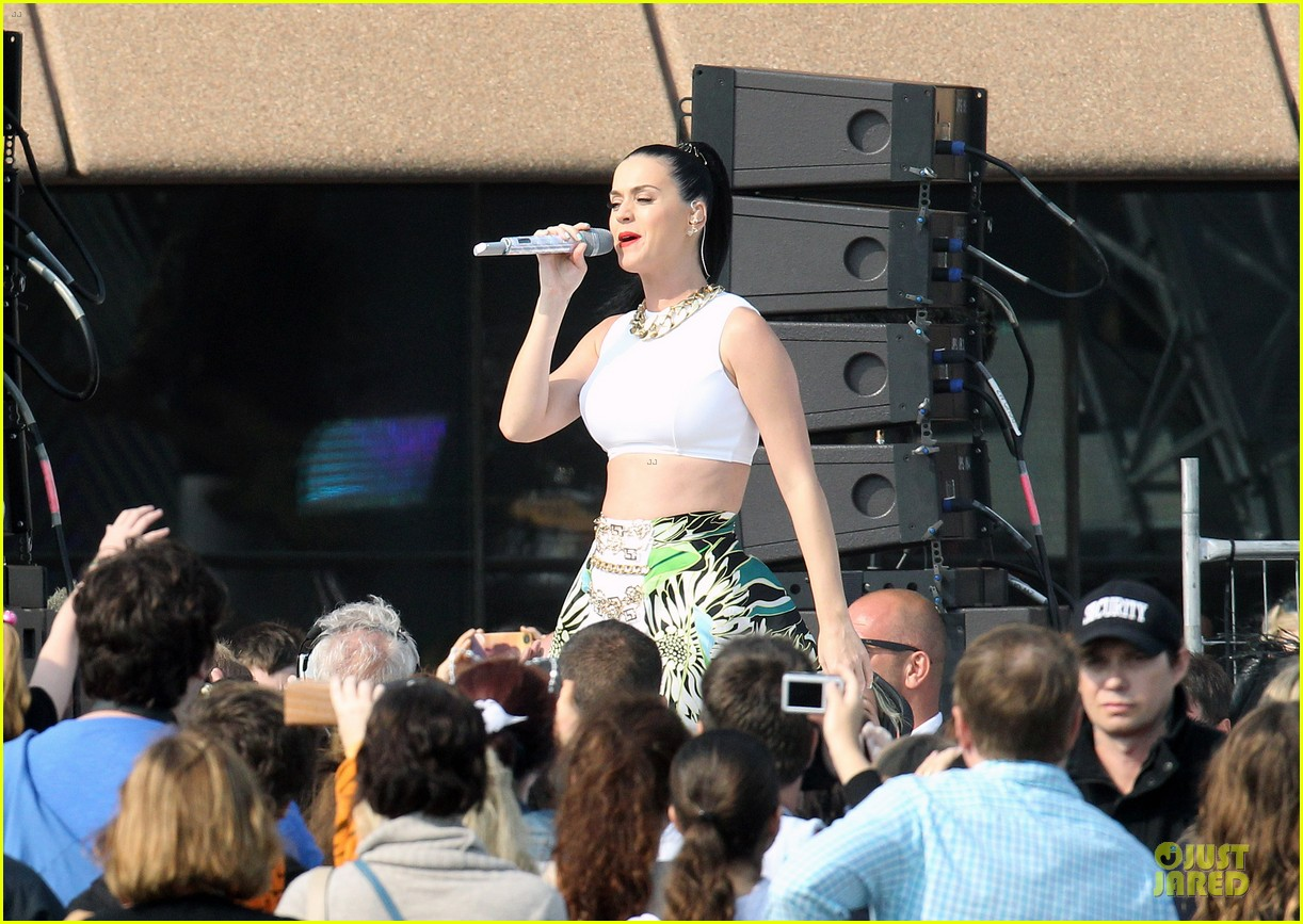 katy perry bares midriff at sydney opera house 07
