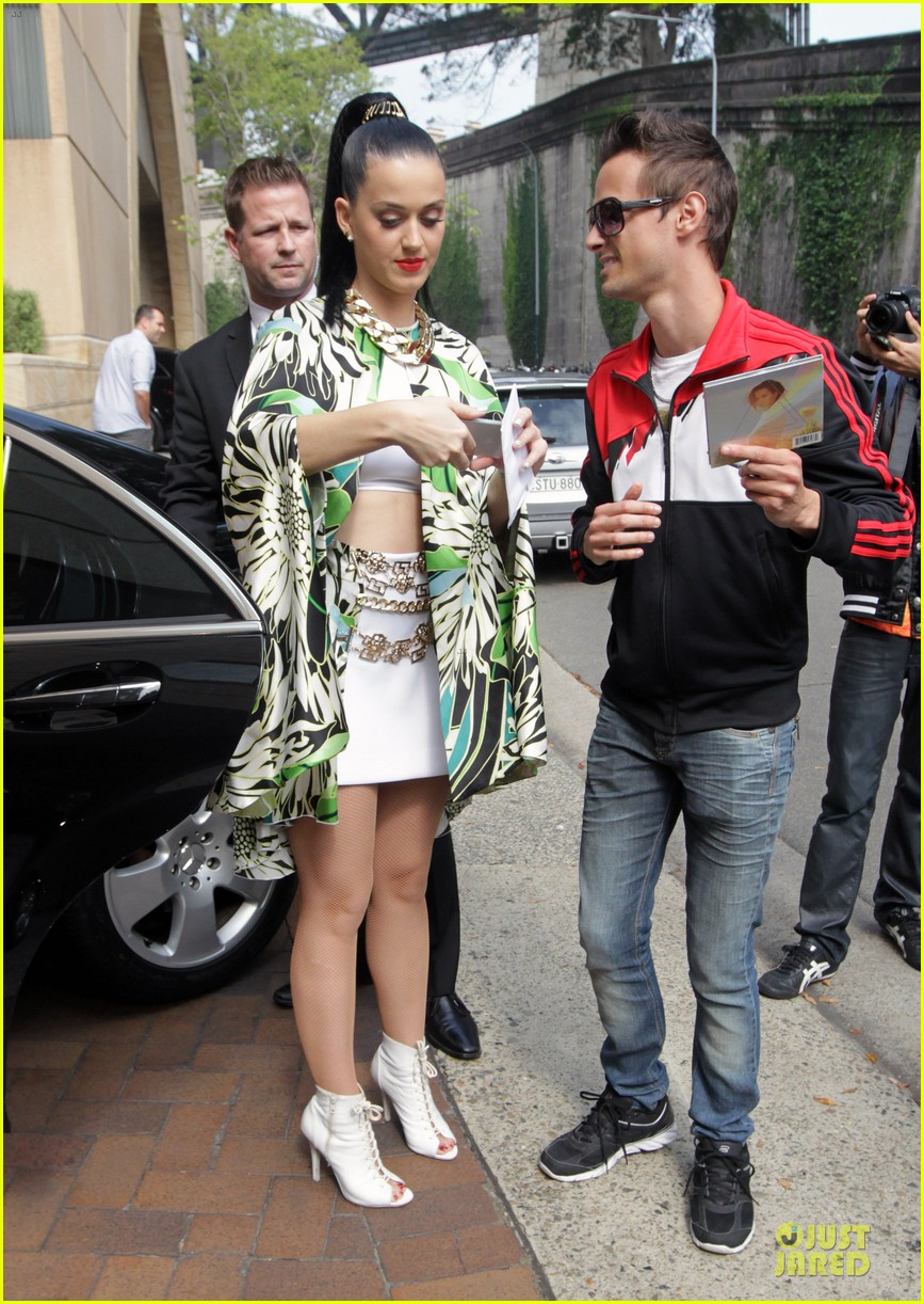 katy perry bares midriff at sydney opera house 122981960