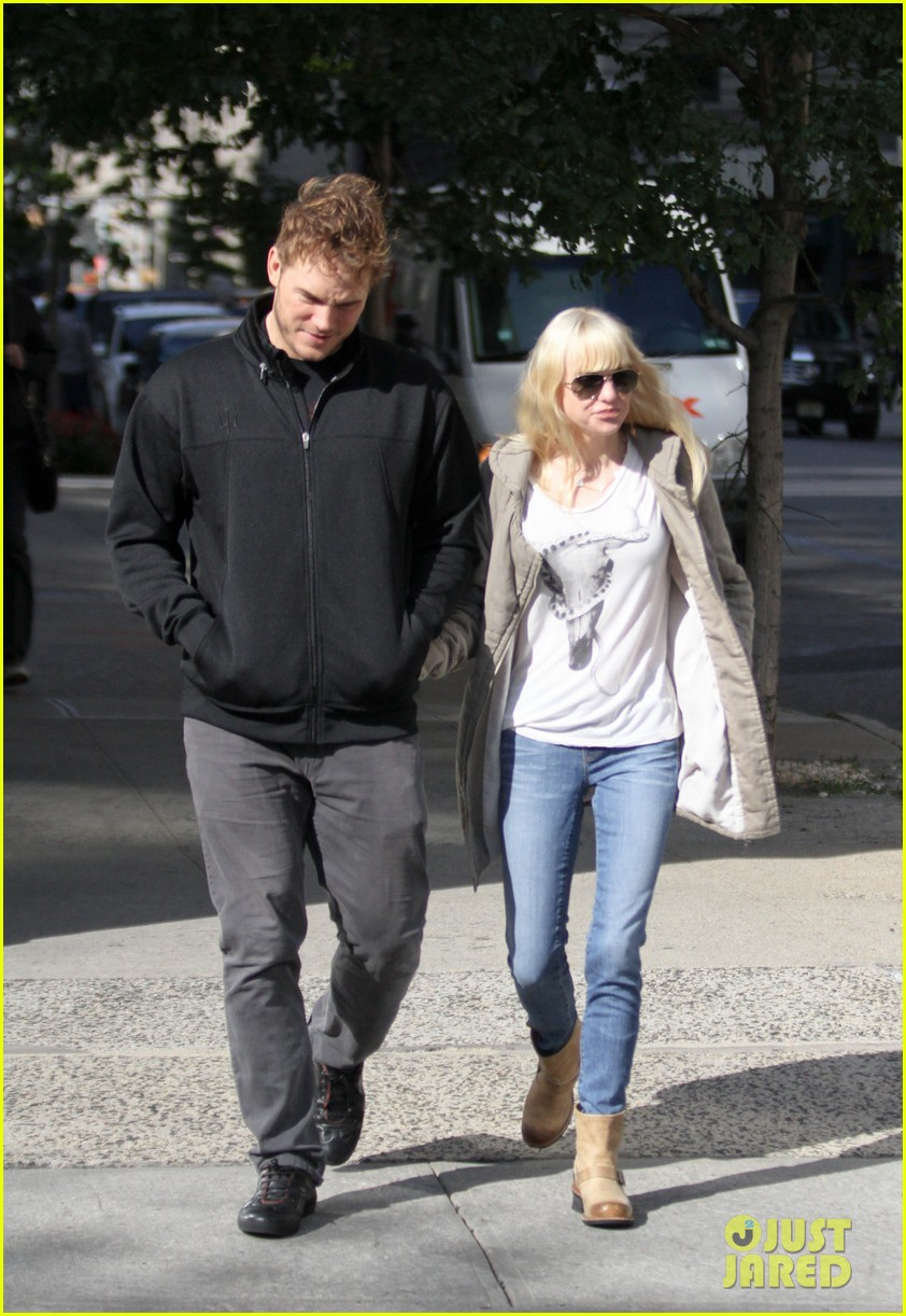 chris pratt strolls with anna faris tweets thanks for guardians 06