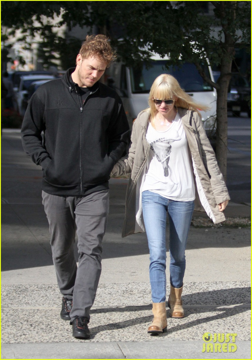 chris pratt strolls with anna faris tweets thanks for guardians 08