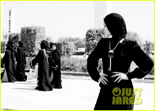 rihanna asked to leave abu dahbi mosque after photo shoot 08