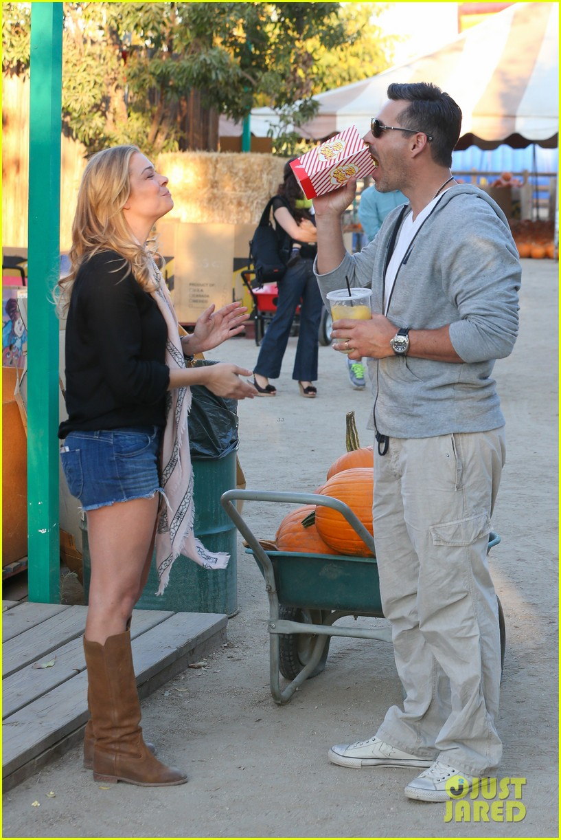 leann rimes eddie cibrian pumpkin picking pair 102974230