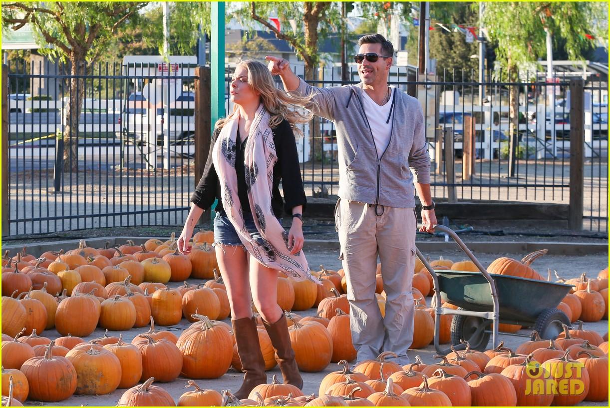 leann rimes eddie cibrian pumpkin picking pair 14