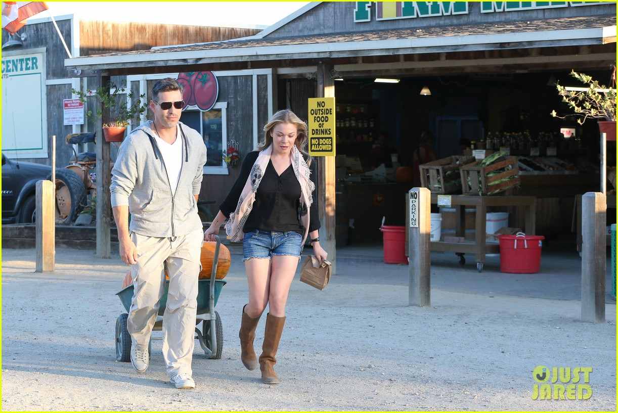 leann rimes eddie cibrian pumpkin picking pair 292974249