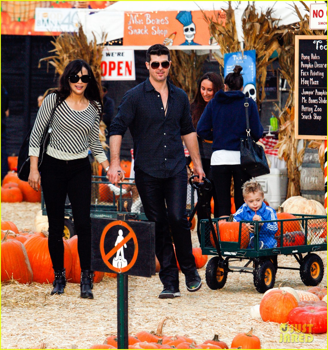 robin thicke paula patton smooches pumpkin patch 012980980