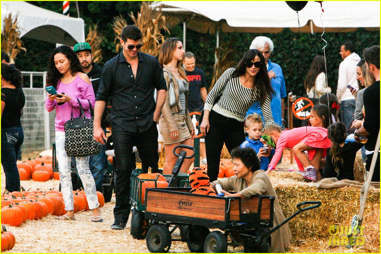 robin thicke paula patton smooches pumpkin patch 21