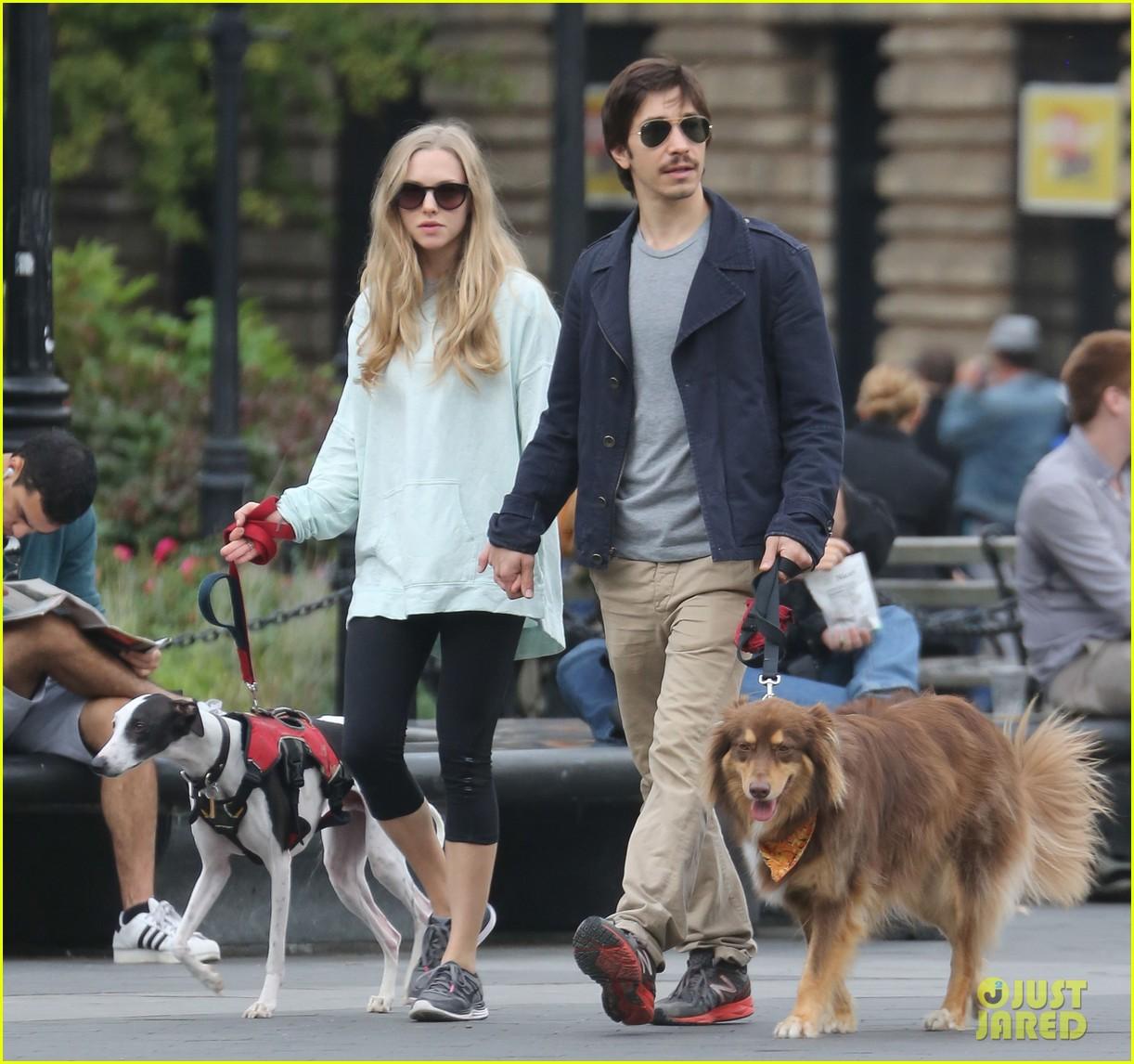 amanda seyfried justin long hold hands for dog walk 07