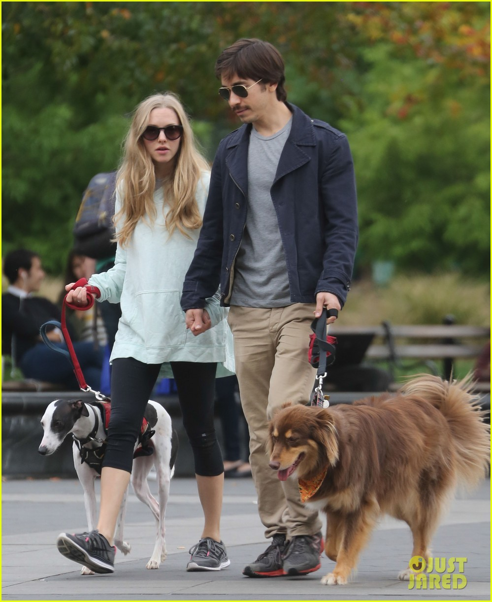 amanda seyfried justin long hold hands for dog walk 112973675