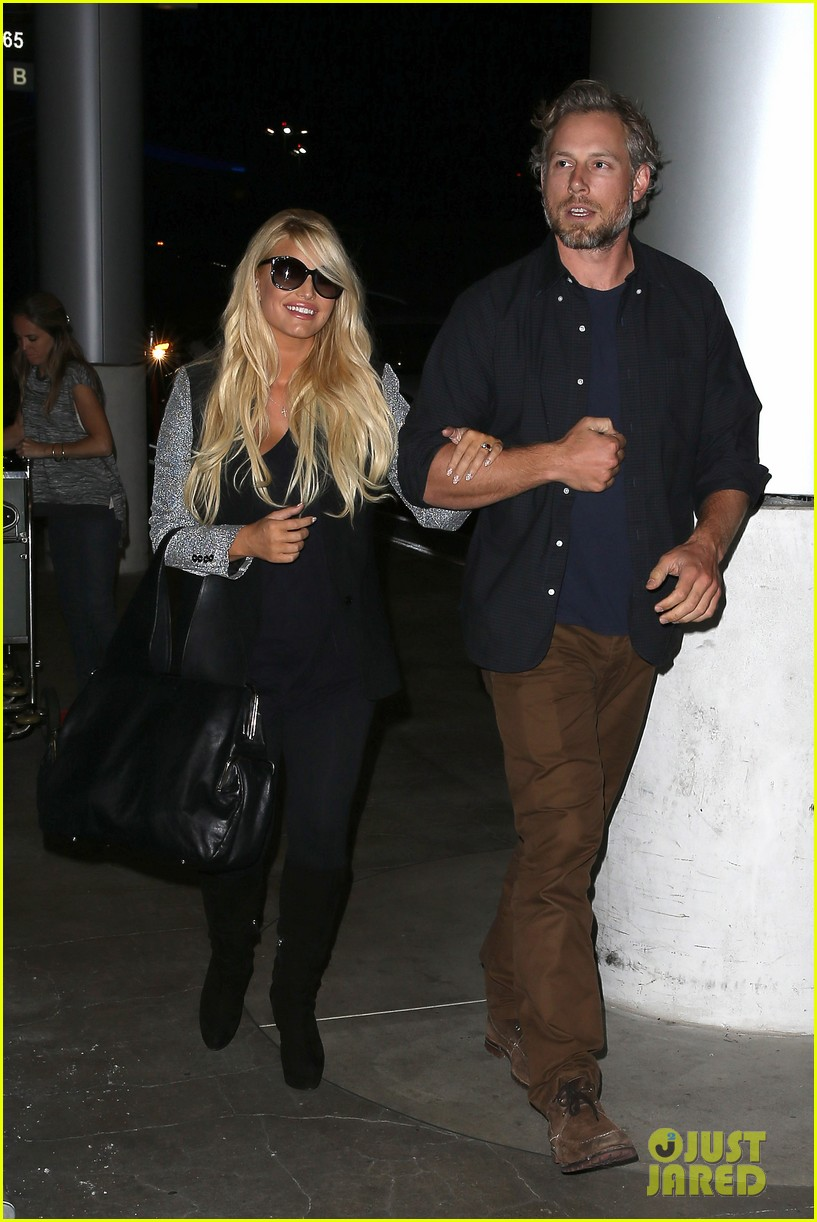 jessica simpson links arms with eric johnson at airport 08