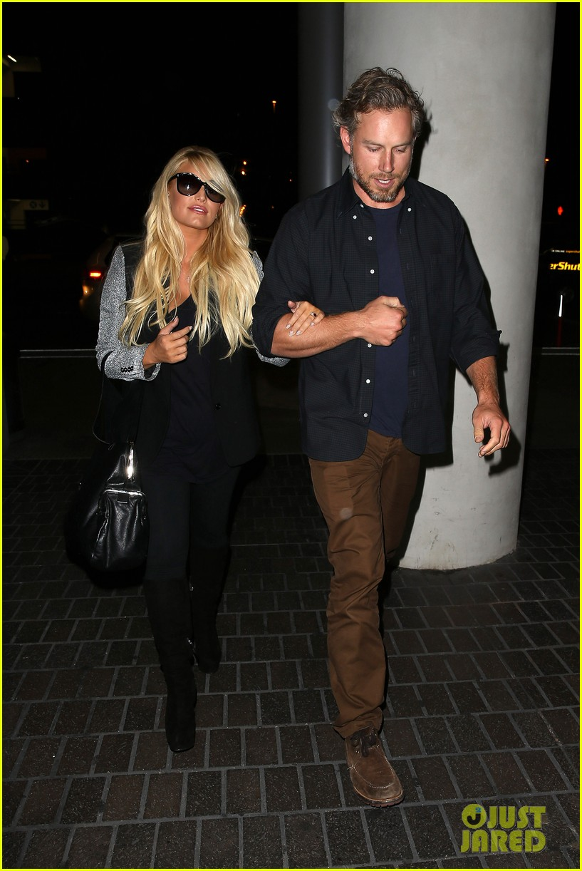 jessica simpson links arms with eric johnson at airport 16
