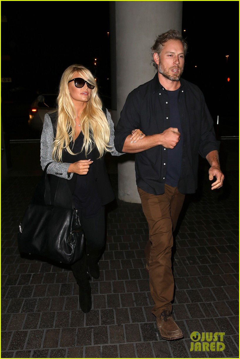 jessica simpson links arms with eric johnson at airport 192971816