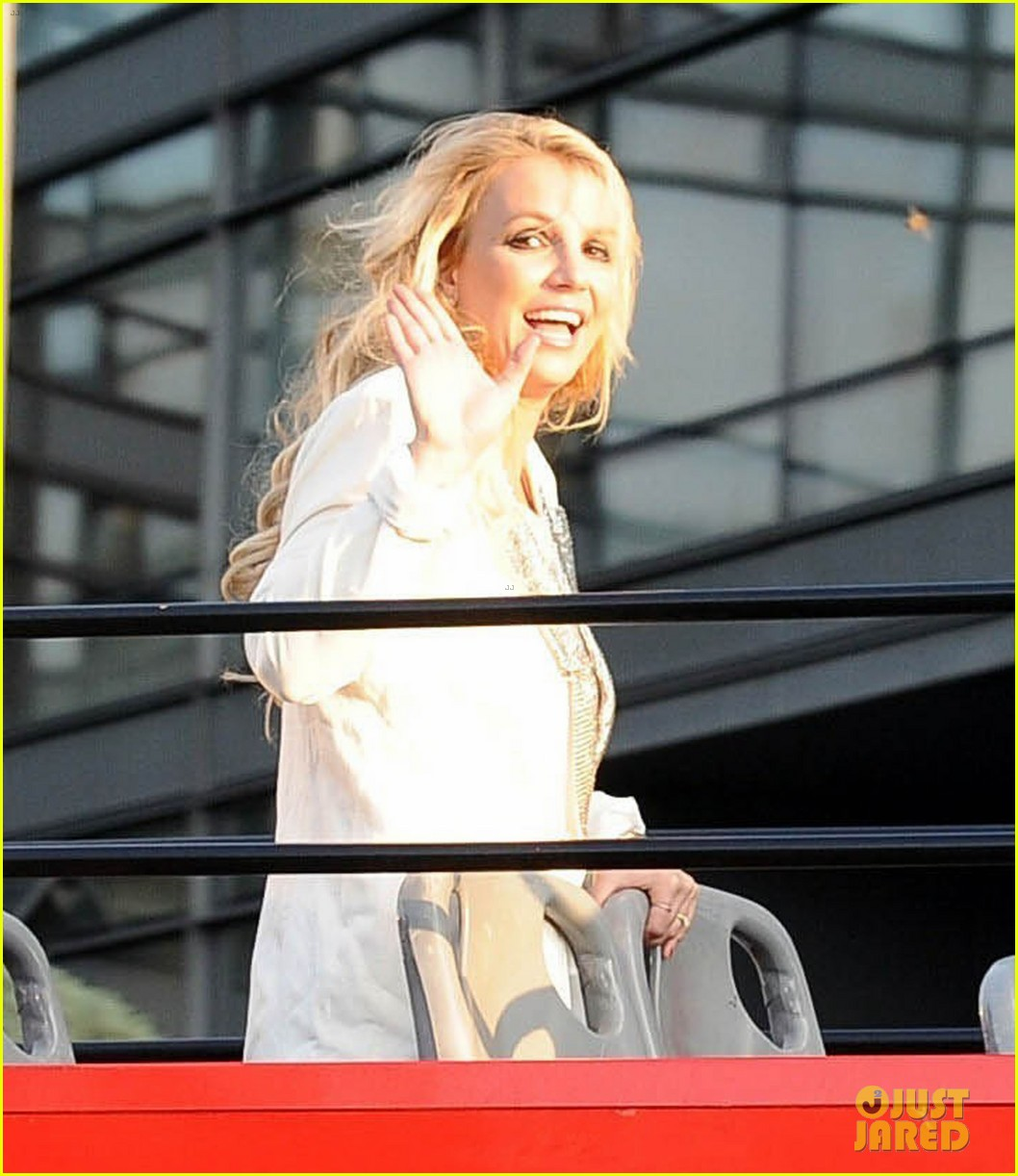 britney spears sightsees on double decker bus in london 04
