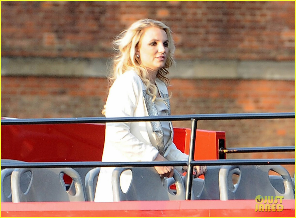britney spears sightsees on double decker bus in london 15