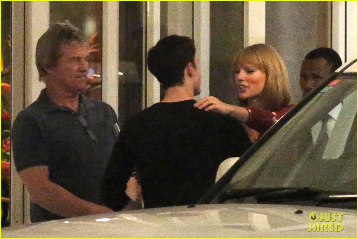taylor swift alexander skarsgard dine with the giver cast 13