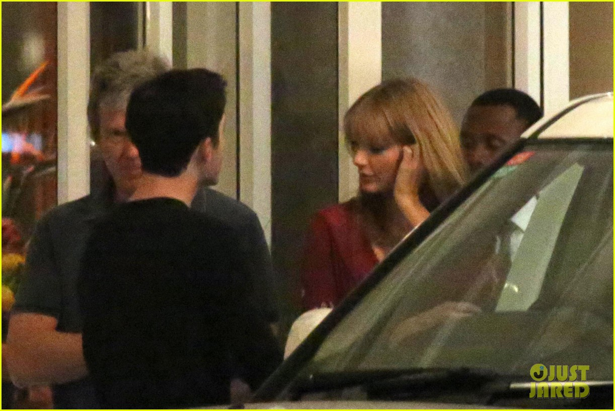 taylor swift alexander skarsgard dine with the giver cast 202976443