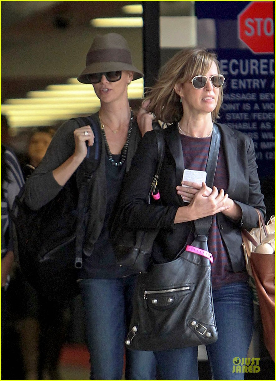 charlize theron snack grabbing lax arrival 04